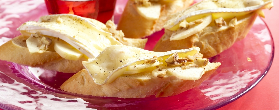 Crostini met brie, appel en walnoot